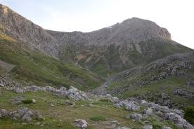 Skasmádha col from Láka Karvoúni. Path climbs diagonally right, then diagonally left.