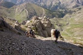 Ghióna: climbing to Skasmádha col from the refuge.
